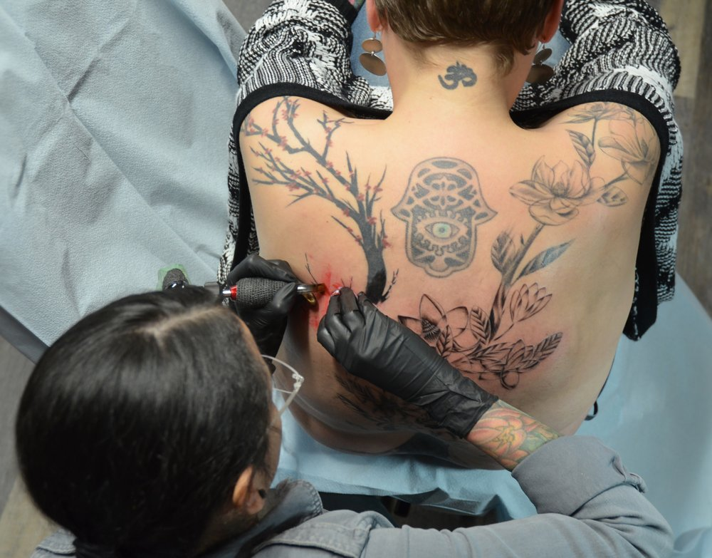 lady_octopus_tattooing_back
